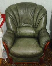 Старинные два кожанных кресла