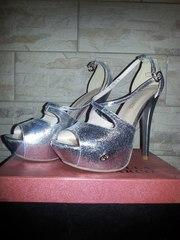 Новые серебряные туфли